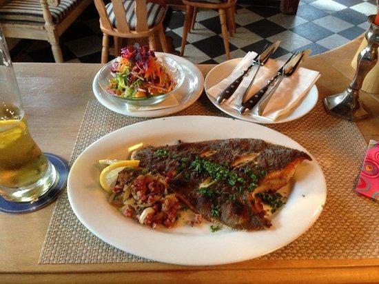 Gasthaus & Pension Zum Hiddenseer: Fangfrische Scholle mit Bratkartoffeln, Zwiebeln, Speck und Salat