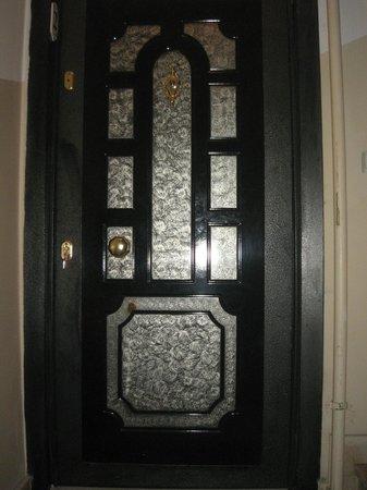 Istanbul Ataman Suites: porta d'ingresso appartamento