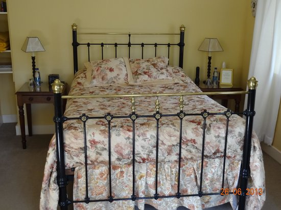 Lacock Pottery Bed & Breakfast: The Antique Brass Bed