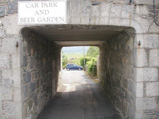 Bruce Hotel : Entrance to rear car park