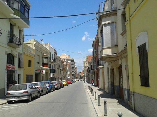 Enginy Apartaments : Rue devant l'entrée (boitier code)