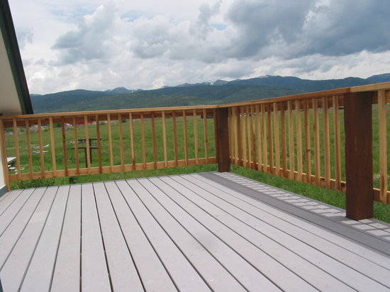 Kasper's Kountryside Inn: Great Deck for Beautiful Views