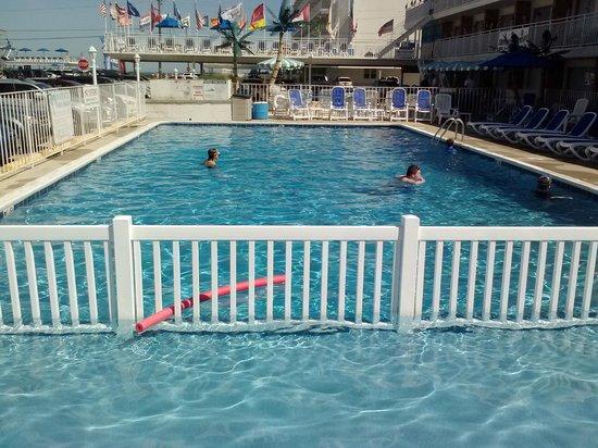Tangiers Resort Motel : kids playing