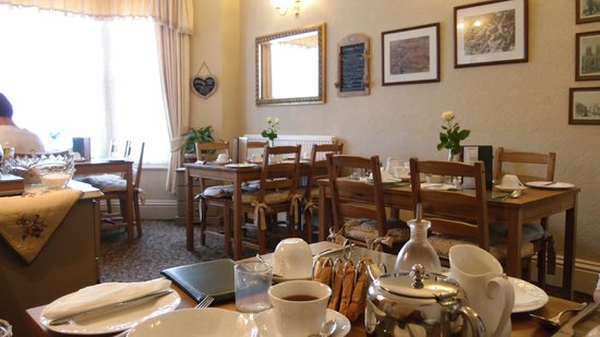 Farthings Guest House: Dining hall where breakfast is served