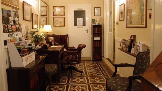 Farthings Guest House: Reception area