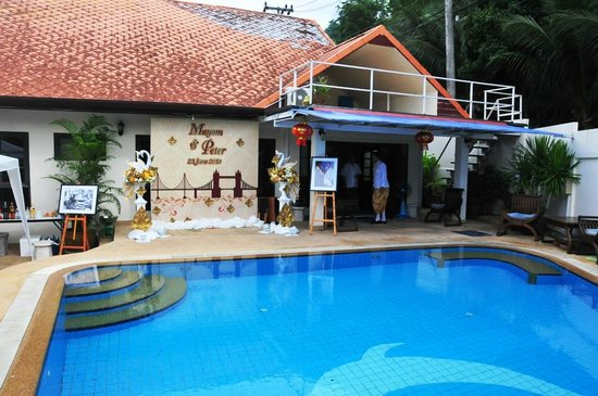 Phuket Gay Homestay - Neramit Hill: View of the Homestay and Pool