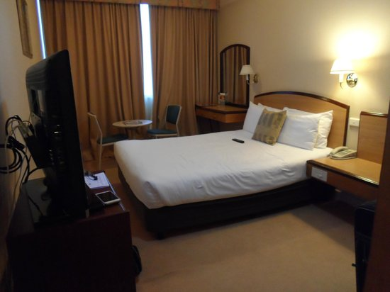 Quality Hotel Ambassador Perth: hotel room