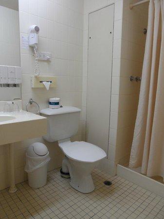Quality Hotel Ambassador Perth: hotel bathroom