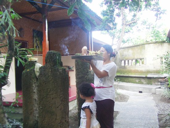 Pondok Frog Bungalow: Balinese Daily Offering