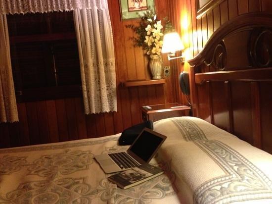 Hotel Akaskay: um lindo e aconchegante quarto com lareira e vc atendido pelos donos ,preço justo , recomendo