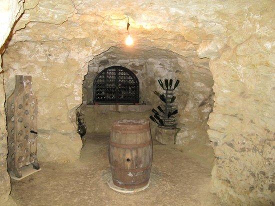 Le Clos de la Garde: Wine cave.