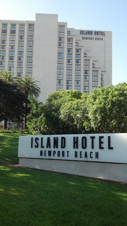 Island Hotel Newport Beach: from the street