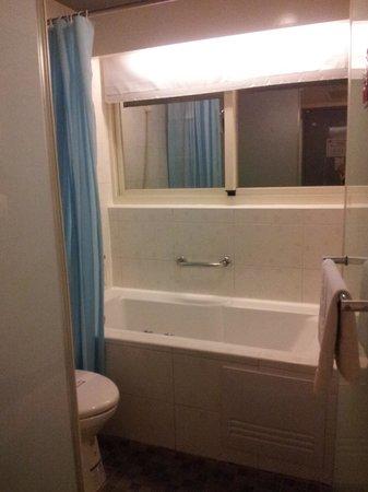 Longstay Hotel: Bath tub / toilet areas