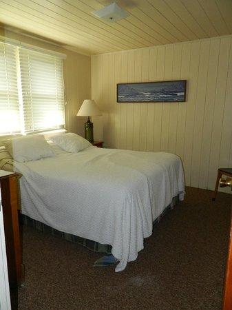 Edwards of Ocracoke Rooms and Cottages : Bedroom(comfy bed)