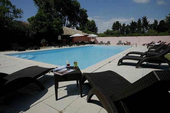 Piscine photo de h tel restaurant la ferme avignon for Hotel avignon piscine
