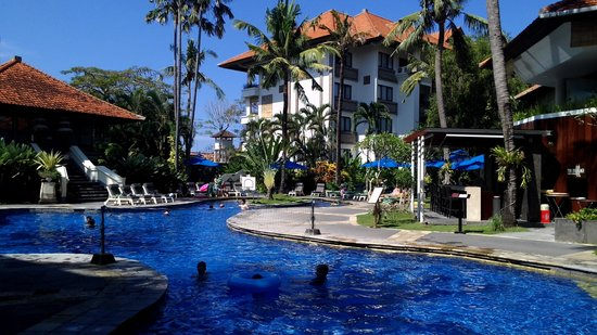 Sanur Paradise Plaza Suites: Swimming pool with bar & restaurant