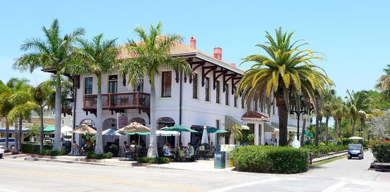 Loose Caboose Restaurant: Street side dining at what used to be the old Boca Grande railway station