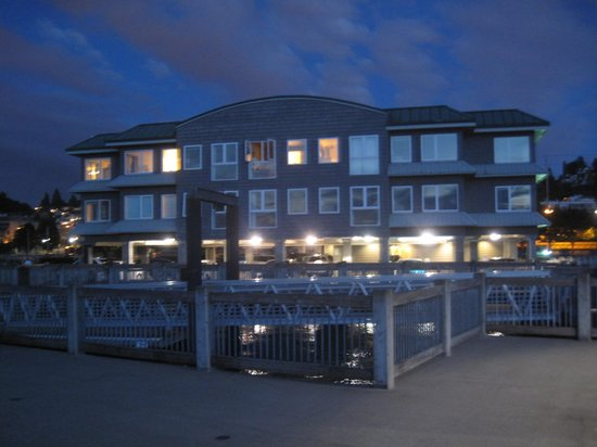 Silver Cloud Inn Tacoma - Waterfront: Inn in the evening