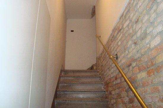 Residenza Grisostomo: scala per arrivare all'appartamento