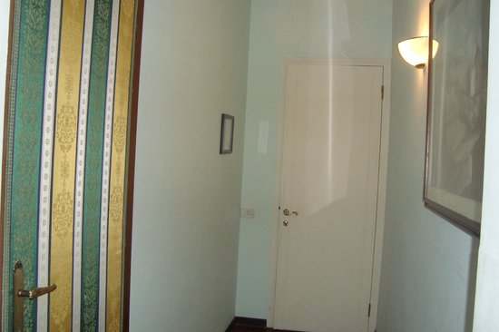 Residenza Grisostomo: corridoio bagno