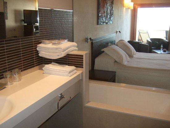 Hotel Cal Naudi: Bañera y habitación