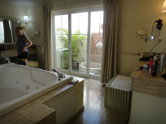 Grand Palladium Lady Hamilton Resort & Spa: Honeymoon suite bathroom area.