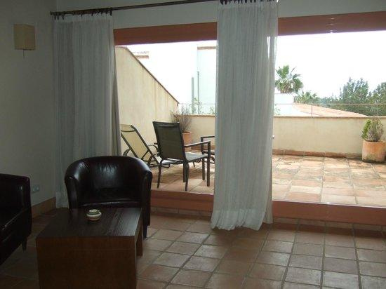 Hotel Cal Naudi: Terraza privada con sillas y tumbonas