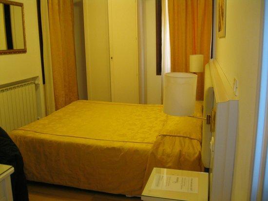 Hotel ai Tolentini: Toma desde la puerta - hab pequeña pero muy acogedora.