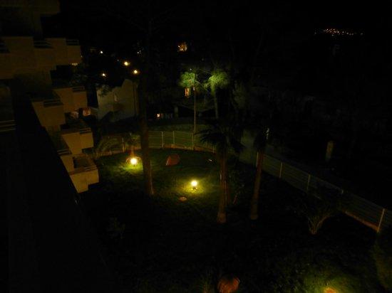 Hotel Paguera Park: Sicht vom Zimmer in die Hotelanlage (bei Nacht)