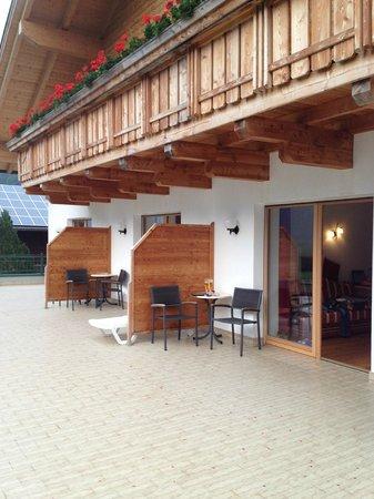 Föstlerhof: Riesenterrasse vor den Zimmern...
