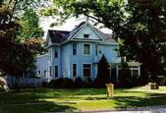 Blue Heron Getaway B&B: Victorian house, view from street