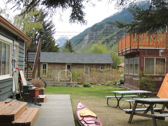 Alaskan Sojourn Hostel: The small yard between the hostel and the little cabin. Quiet area.