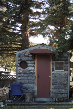 Alaskan Sojourn Hostel: Cute and comfortable little cabin for two