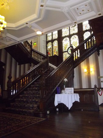 Best Western Oaks Hotel & Leisure Club: Grand staircase with stained glass windows