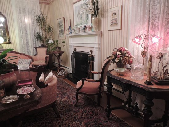 Gingerbread House : The living room-- exquisitely decorated!