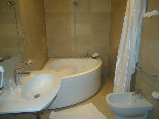 Grand Hotel Fleming: El baño con hidromasaje