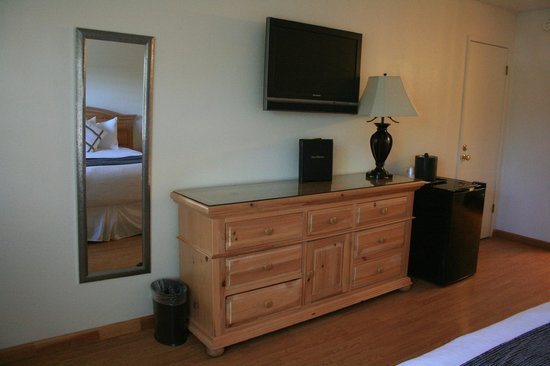 BEST WESTERN Trailside Inn: Draws, wall mounted TV and fridge