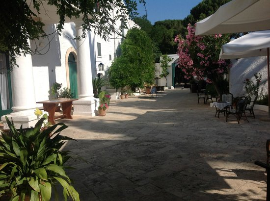 Masseria Il Frantoio : View of the courtyard to main gateway.