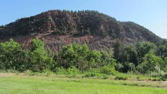 Comfort Inn & Suites Carbondale: Blick aus einem unserer Fenster auf das rotgefärbte (Colorado!) Gestein