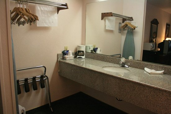 BEST WESTERN Weaverville Victorian Inn: Sink area outside the bathroom