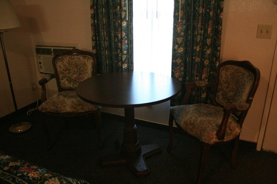 BEST WESTERN Weaverville Victorian Inn: Table and chairs