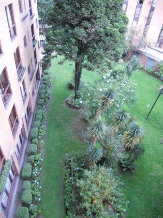 Hotel Estelar La Fontana: Vista de un patio desde la ventana de mi habitacion