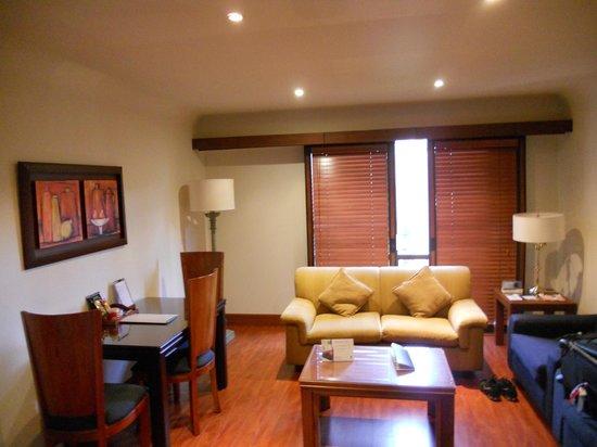 Hotel Estelar La Fontana: Salita de la habitacion
