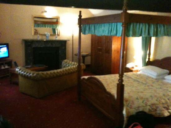 The Three Queens Hotel and Lodge: large bedroom