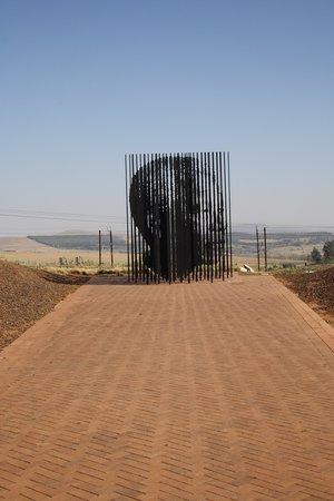 Howick, แอฟริกาใต้: Mandela Denkmal - wir waren berührt!