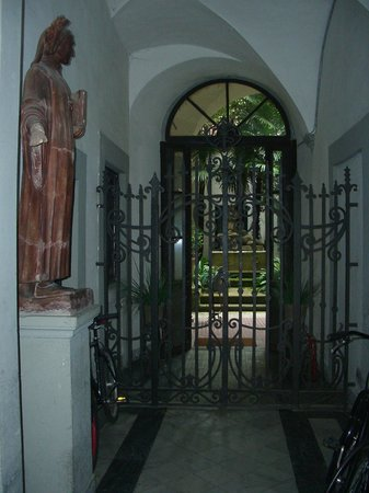 Hotel Locanda Orchidea : подъезд, вид на внутренний двор