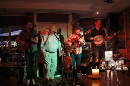 J Conneely's Restaurant & bar : Les trois jeunes chanteurs et un invité fortuit!