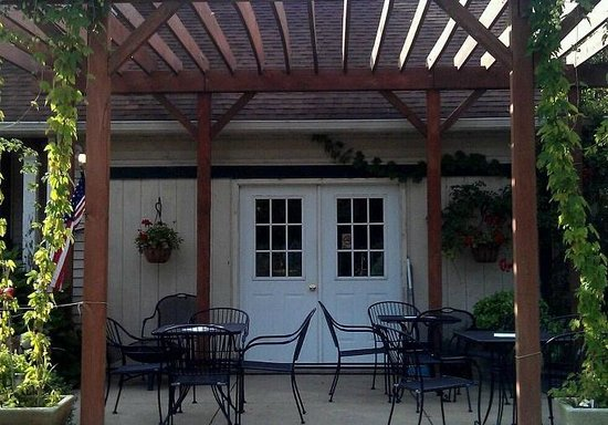 Madison, Οχάιο: Pergola & patio at Maple Ridge Vineyard winery