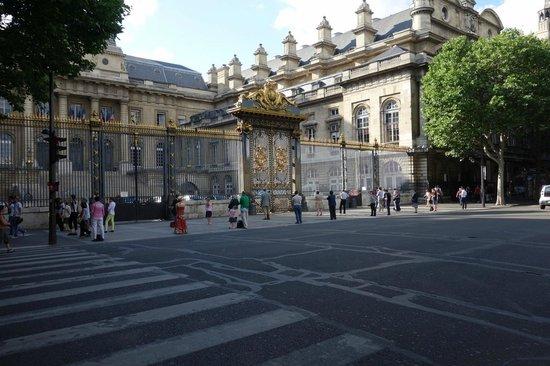 Palais de justice de Paris: People standing in front of Palais de Justice
