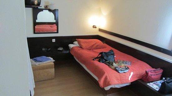 Turban Hotel Urgup: Links boven staat de TV bij het eenpersoons bed